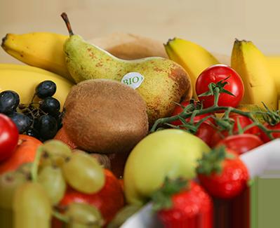 Employés qui découvrent des fruits dans leur entreprise